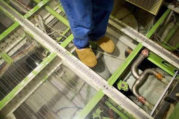 Sàn của máy bay được thay bằng các tấm kính trong suốt để dễ phát hiện và sửa chữa nếu hệ thống điện, nước có vấn đề
