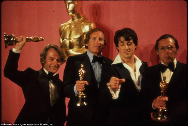 Sylvester Stallone cùng đoàn làm phim nở nụ cười mãn nguyện tại lễ trao giải Oscar năm 1977