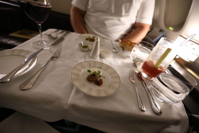 Bữa ăn trông có vẻ đơn giản nhưng lại cực đắt tiền trên khoang hạng nhất của Eihad Airways.