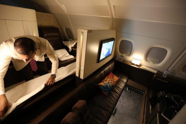 Nhân viên phục vụ biến chiếc ghế sofa thành giường sau đó bọc ga cẩn thận và mang theo những đồ dùng ngủ như chăn gối... tuỳ thuộc vào yêu cầu của du khách.
