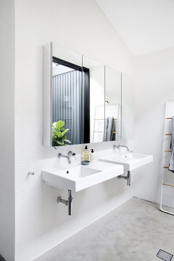 Góc rửa tay được thiết kế riêng biệt cạnh bếp.