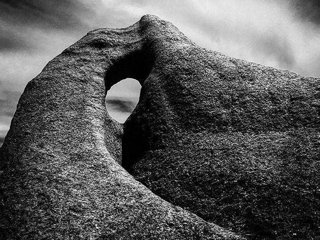 """Tác phẩm có tựa đề """"Singing Rock"""" được Christian Horgan chụp tại khu vực sông Margaret, Australia. Christian Horgan sống tại Fremanlte, Australia, hiện là một nhà sản xuất chương trình truyền hình, radio và phim"""