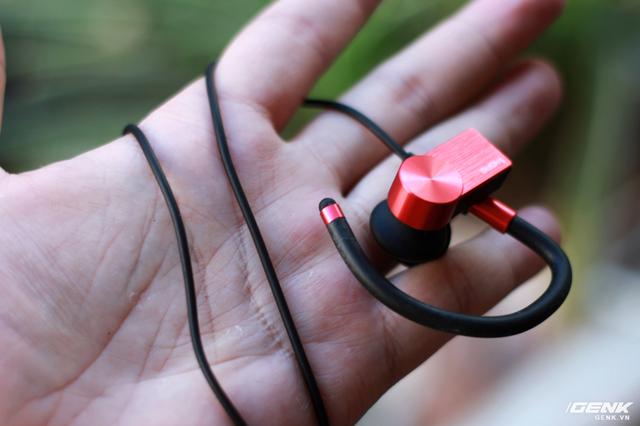Dù được gọi là tai nghe không dây, song EB100 vẫn cần dây nối từ cụm pin lên 2 củ tai cũng như cụm điều khiển media control. Thiết kế này chúng ta đã khá quen thuộc trên những chiếc tai nghe thể thao khác.