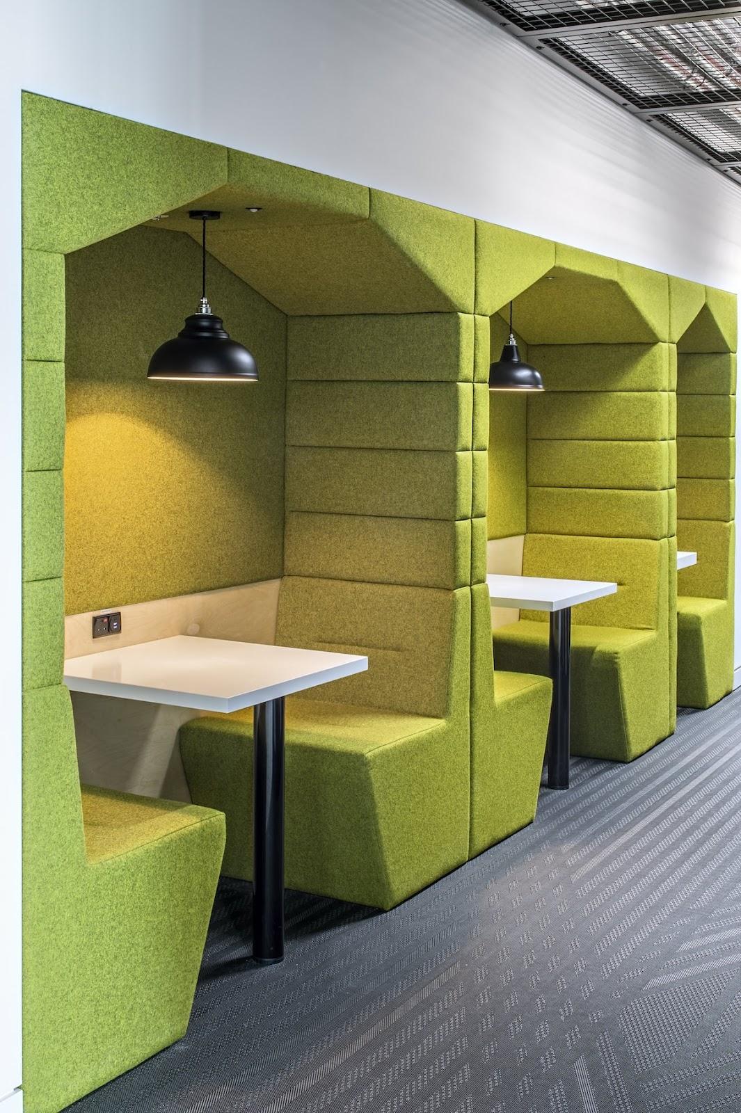 Gian phòng nhỏ dùng cho những cuộc gặp mặt riêng tư và gọi điện thoại, trông rất giống với một quán cà phê