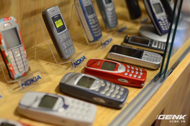 Nokia 3310 (2000) - cục gạch huyền thoại này đã quá quen thuộc rồi: pin trâu, sóng khỏe, loa to, cứng cáp.
