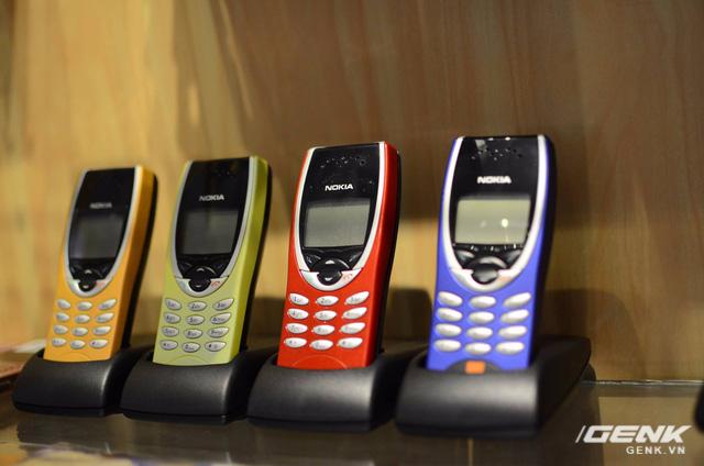 Nokia 8210 (1999-2000) - mở đầu trào lưu thời trang điện thoại nhỏ gọn và đẹp mắt, đồng thời cải tiến đột phá khi là một trong những thiết bị đầu tiên sở hữu thiết kế ăng-ten ngầm, khác hẳn so với các máy ăng-ten dài bên ngoài).