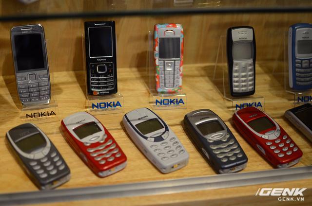 Nokia 3315 (hàng dưới) - phiên bản nâng cấp nhẹ từ 3310, có thêm màn hình động và phím cao su, phát hành riêng cho thị trường châu Á.