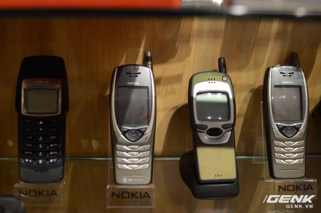 Từ trái qua: Nokia 6250 (điện thoại trâu bò chống shock, chống bụi, chống nước đầu tiên của Nokia), Nokia 6650 (điện thoại hỗ trợ 3G đầu tiên của Nokia), Nokia 7110 (điện thoại tích hợp WAP đầu tiên và model duy nhất của Nokia sử dụng con lăn 3 chiều).
