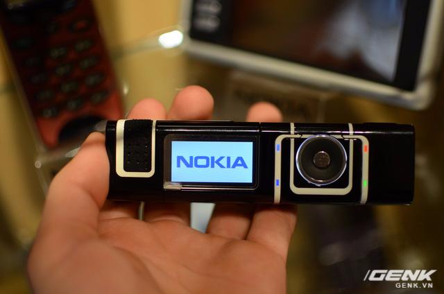 Thỏi son Nokia 7280 này vẫn hoạt động bình thường, với phím thao tác tương tự vòng tròn click-wheel trên Apple iPod.