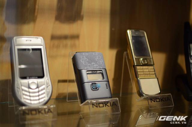Nokia 7200 (giữa) - điện thoại GSM(2G) kiểu dáng gập đầu tiên của Nokia.