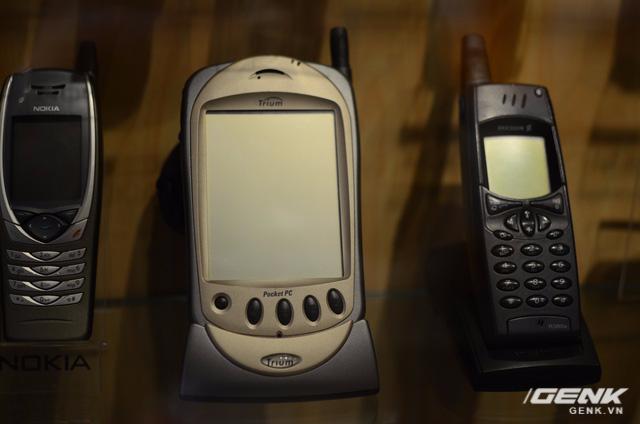 PDA đầu tiên trên thế giới tích hợp các chức năng y hệt điện thoại, chạy hệ điều hành Windows Mobile, sản xuất vào năm 2000 bởi Trium (công ty con chuyên mảng thiết bị viễn thông của Mitsubishi).