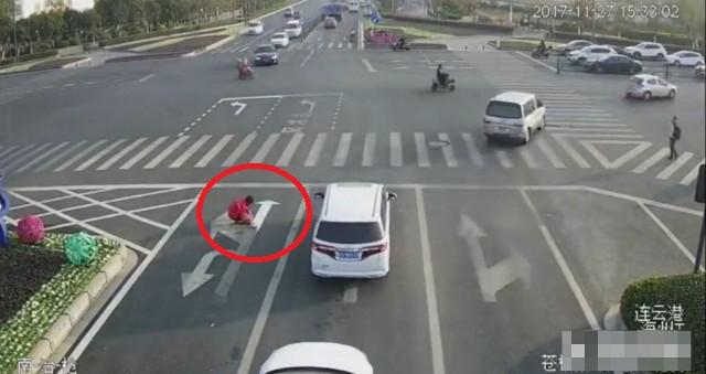Trung Quốc: Vẽ lại vạch kẻ đường để đi làm cho đỡ tắc - Ảnh 1.
