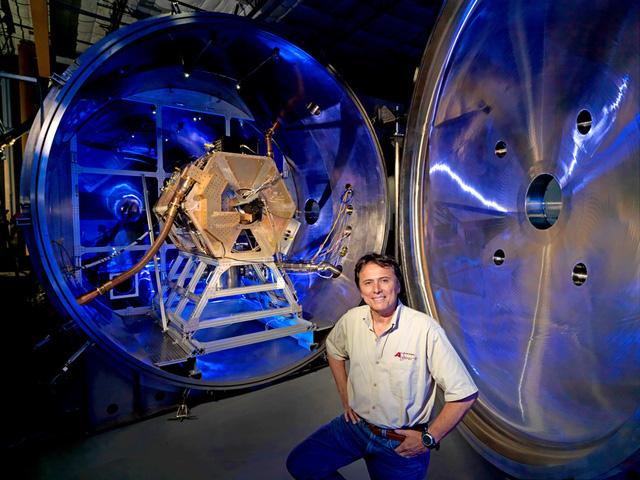 Ôn Franklin Chang-Díaz và hệ thống tên lửa plasma của mình.