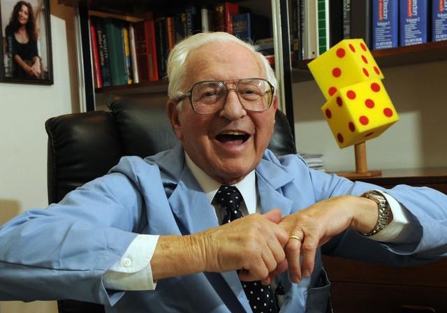 Bác sĩ Donald Unger, người đã bẻ khớp suốt 60 năm để chứng minh nó không gây viêm