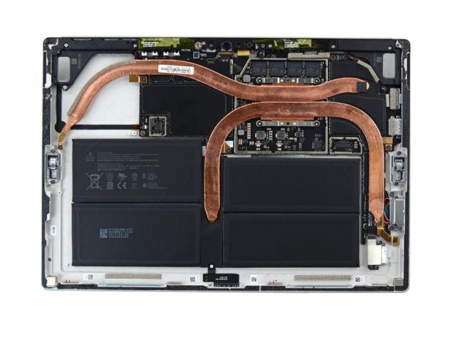Hai thanh tản nhiệt lớn ở mặt sau Surface Pro 2017
