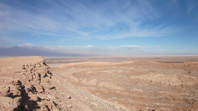 Atacama là một sa mạc có diện tích 181.300 km2, độ cao 3.200 m so với mực nước biển. Sa mạc được hình thành từ hơn 25 triệu năm trước ở phía bắc Chile và một phần nhỏ ở phía nam Peru, nằm giữa Thái Bình Dương và dãy núi Andes.