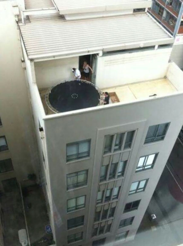 Qúa liều!!, không dám nghĩ đến hậu quả nếu tấm bạt lò xo kia hất một trong ba người ra ngoài...