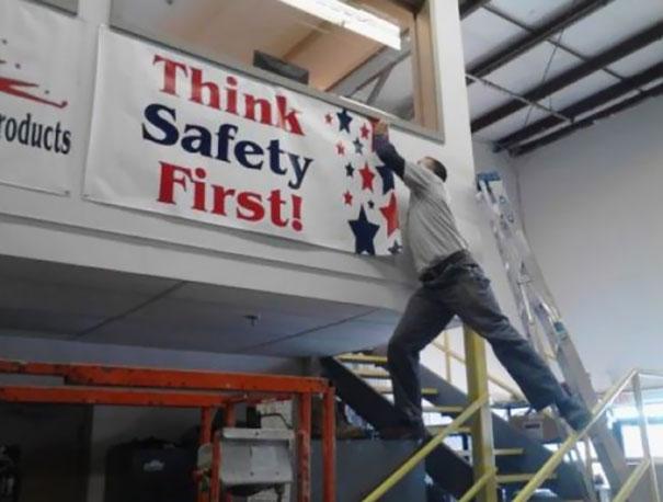 Cố định tấm biển An toàn phải đặt lên hàng đầu bằng cách vô cùng thiếu an toàn