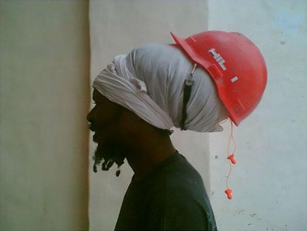 Ít nhất thì chỗ tóc của anh công nhân này sẽ được an toàn khi làm việc...