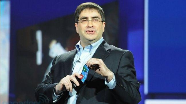 CTO của Microsoft, ông Eric Rudder đang trình bầy một nguyên mẫu màn hình dẻo của Samsung chạy Windows Phone tại hội chợ CES 2013.
