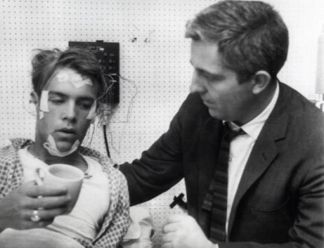 Randy Gardner (bên trái), sau khi kết thúc thí nghiệm 11 ngày không ngủ