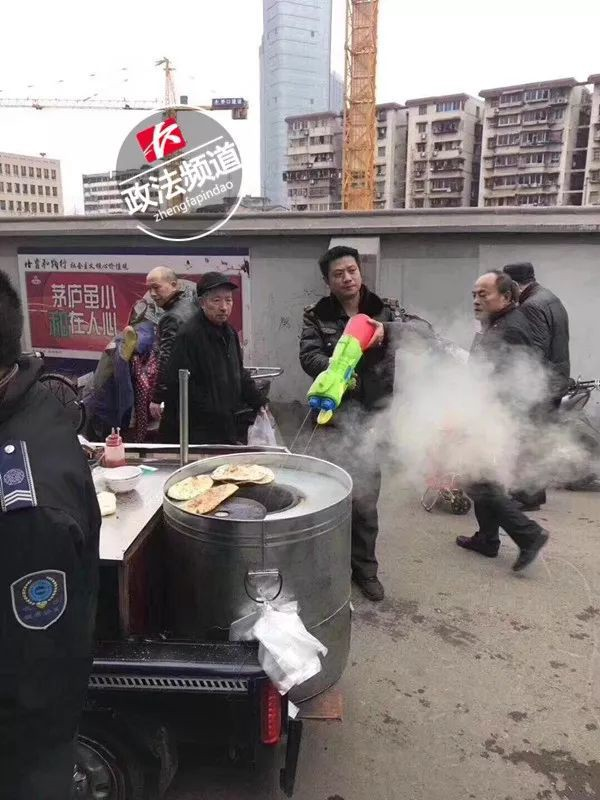 Trung Quốc: Quản lý đô thị được trang bị súng phun nước để dập tắt bếp than trái phép - Ảnh 2.