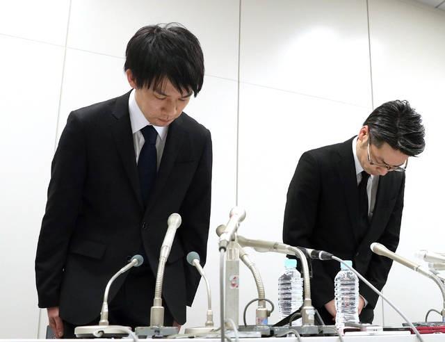Chủ tịch sàn giao dịch Coincheck, ông Koichiro Wada cúi đầu xin lỗi trong buổi họp báo.