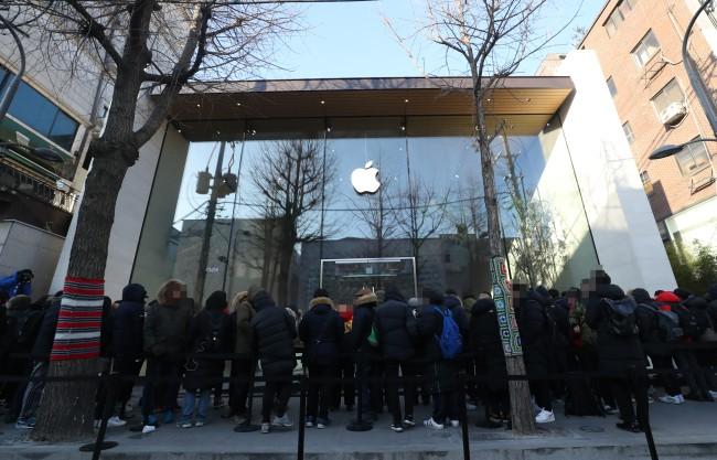 Rất nhiều người đã có mặt tại Apple Store đầu tiên ở Hàn Quốc bất chấp thời tiết giá lạnh.