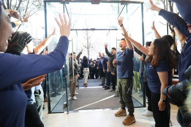 Người tiêu dùng bước vào trong sự đón chào nhiệt liệt từ phía các nhân viên của Apple.
