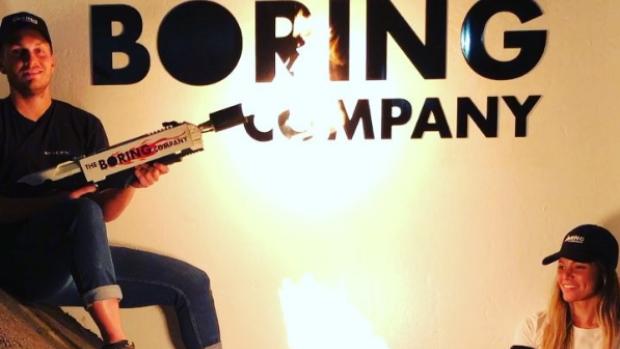 Hết bán mũ, The Boring Company của Elon Musk chuyển sang bán cả súng phun lửa.