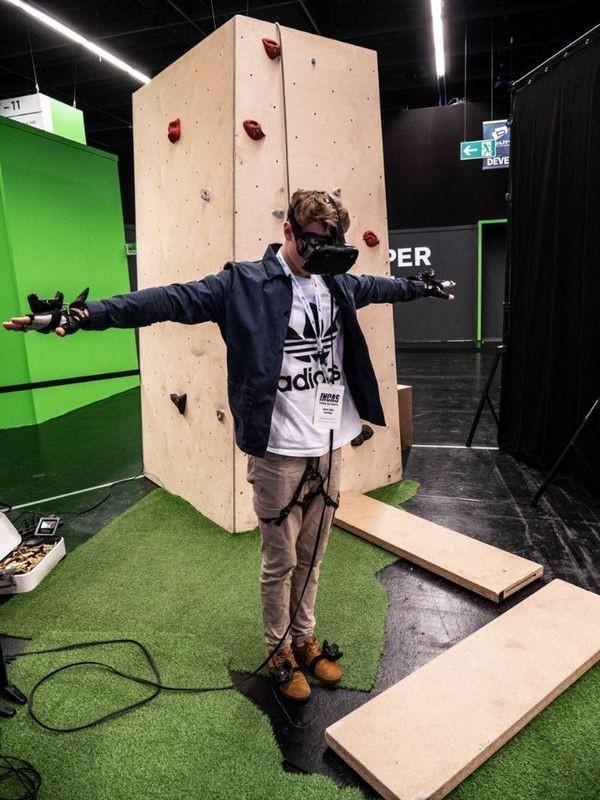Leo núi mạo hiểm xưa rồi, giờ bạn có thể leo núi bằng công nghệ thực tế ảo mà chẳng lo độ cao hay tai nạn nữa - Ảnh 2.