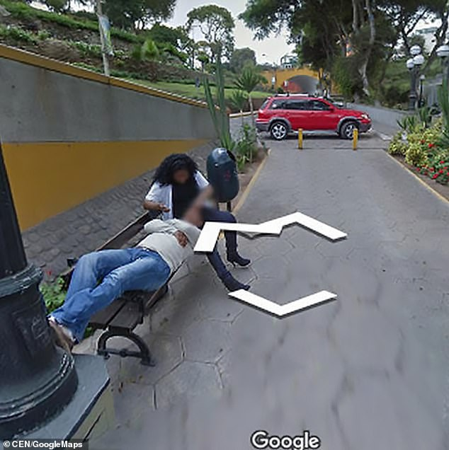 Chồng ly hôn vì trông thấy vợ tình tứ với người đàn ông khác qua Google Street View - Ảnh 2.