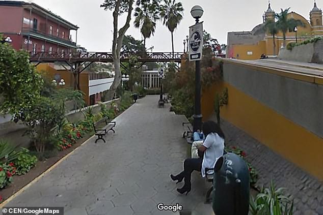 Chồng ly hôn vì trông thấy vợ tình tứ với người đàn ông khác qua Google Street View - Ảnh 3.