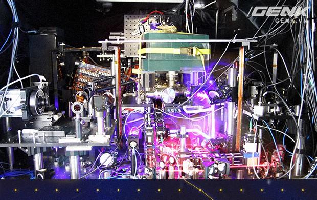 Chiếc đồng hồ nguyên tử 14 tỉ năm mới lệch 1 giây này sẽ giúp ta tìm hiểu bản chất của Vũ trụ - Ảnh 1.