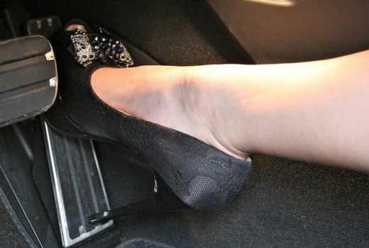 Tại sao giày cao gót lại là thủ phạm gây ra những vụ tai nạn thương tâm trên đường phố? - Ảnh 3.