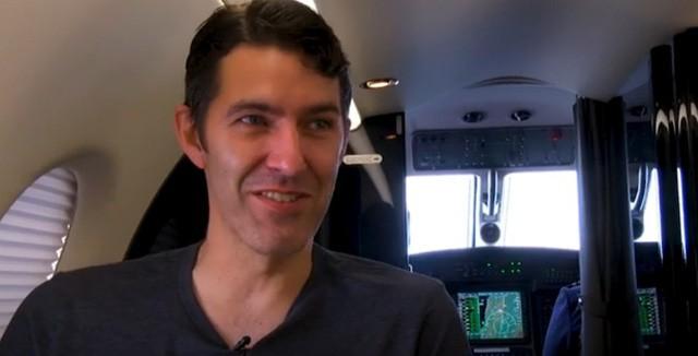 Người đàn ông bắt máy bay vượt 1.200 km đi làm mỗi ngày - Ảnh 1.