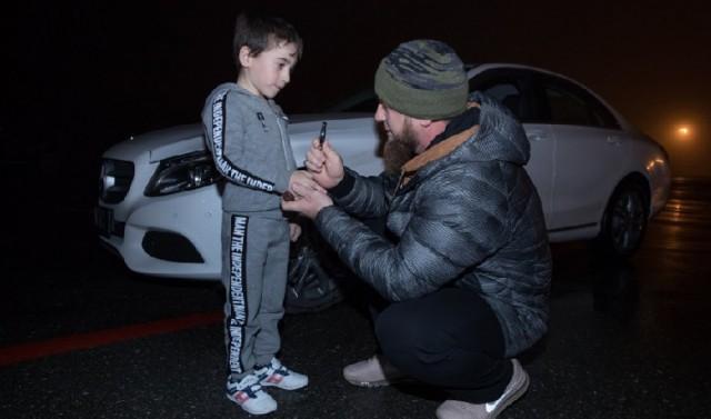 [Vietsub] Chống đẩy 4105 lần liên tiếp nhưng bị sách Guiness từ chối, cậu bé Nga 5 tuổi được tổng thống trao quà an ủi là một chiếc Mercedes C-class. - Ảnh 2.