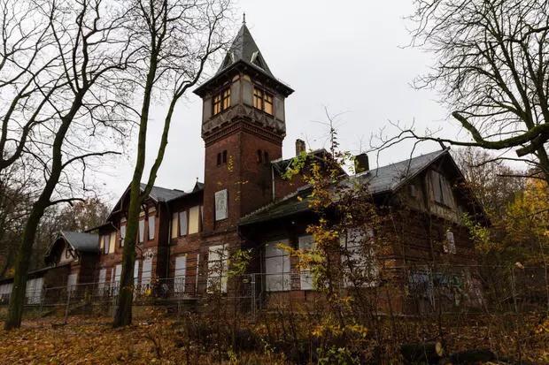 Spreepark: Từng là công viên giải trí hàng đầu nước Đức, lụn bại sau khi rơi vào tay trùm thuốc phiện rồi bị bỏ hoang suốt 16 năm qua - Ảnh 1.