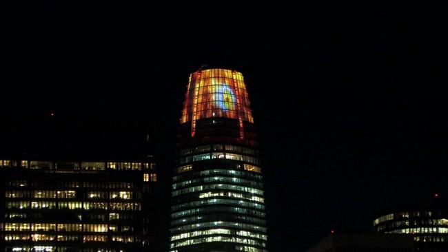 Đỉnh tháp cao nhất San Francisco rực lửa với Con mắt của Sauron trong dịp Halloween - Ảnh 4.
