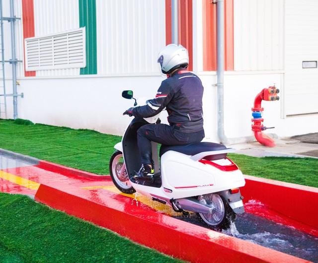 Ác mộng xe máy mùa ngập nước? Dĩ vãng rồi, cứ nhìn xe máy điện Vinfast lội nước dễ như bỡn đây này - Ảnh 6.