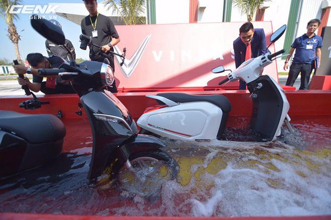 Vinfast chính thức ra mắt xe máy điện thông minh: Có kết nối Internet 3G, mở khóa từ xa, chống ngập nước, 1 lần sạc đi được 80km - Ảnh 1.