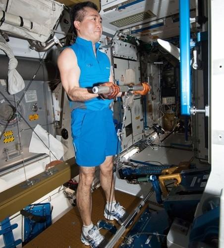 Cận cảnh cuộc sống lơ lửng bên trong trạm vũ trụ quốc tế ISS - Ảnh 6.