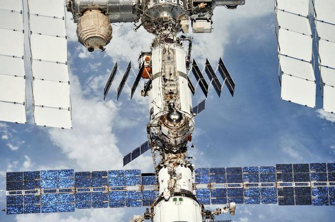Những hình ảnh ấn tượng về trạm vũ trụ ISS nhìn từ bên ngoài sau hơn 20 năm được phóng lên không gian - Ảnh 5.