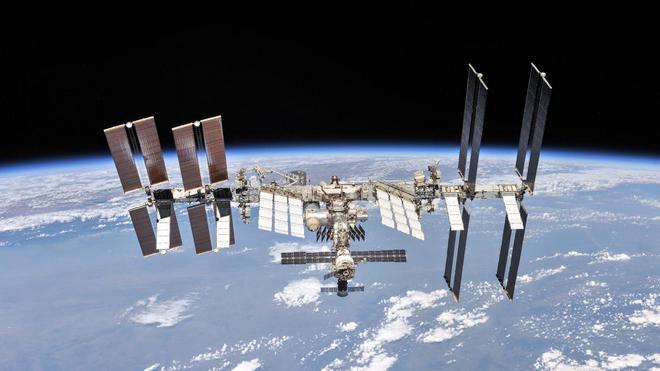Những hình ảnh ấn tượng về trạm vũ trụ ISS nhìn từ bên ngoài sau hơn 20 năm được phóng lên không gian - Ảnh 2.