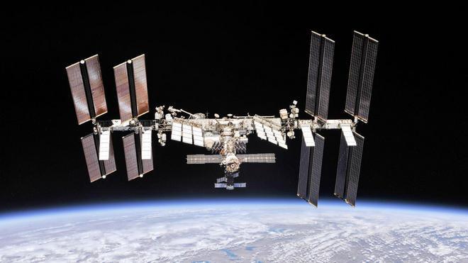 Những hình ảnh ấn tượng về trạm vũ trụ ISS nhìn từ bên ngoài sau hơn 20 năm được phóng lên không gian - Ảnh 1.