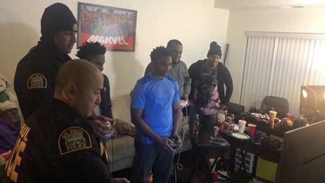 Bị hàng xóm trình báo vì gây tiếng ồn, nhóm thanh niên Mỹ được cảnh sát hỏi thăm rồi chơi game luôn với nhau - Ảnh 1.