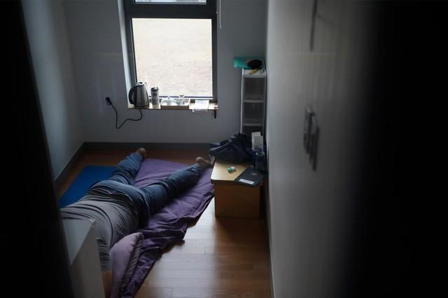 Cuộc sống quá căng thẳng, người trẻ Hàn Quốc sẵn sàng chi 90 USD để được... vào tù ở 1 ngày - Ảnh 7.