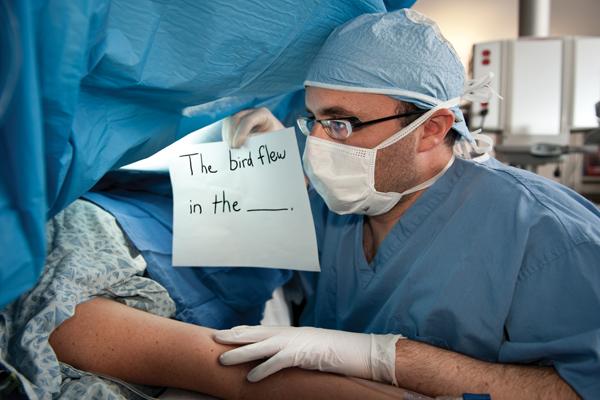 Mổ phanh não khi bệnh nhân vẫn đang tỉnh? Phương pháp nghe thì ghê rợn này ngày càng phổ biến và đây là lý do - Ảnh 4.