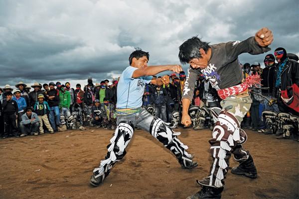 Người dân Peru đánh nhau tay bo để chào năm mới, bõ tức lại ôm nhau làm hòa - Ảnh 5.