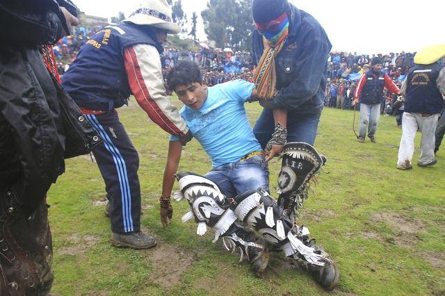 Người dân Peru đánh nhau tay bo để chào năm mới, bõ tức lại ôm nhau làm hòa - Ảnh 6.
